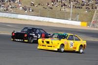 「NISSANヒストリックカー エキシビションレース」で終始トップ争いを演じた、懐かしの東名カラー(写真手前)とADVANカラーをまとった「B110サニー・クーペ」。2台とも日産系の名チューナーである「東名自動車」(現・東名パワード)が手がけたマシンのレプリカ。東名カラーは影山正美選手が駆った。