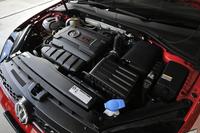 2リッター直4ターボエンジンは220psと35.7kgmを発生。JC08モード燃費は15.9km/リッター。