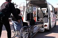車両後部から伸びたスロープを伝って、車いすごと車内に乗車。ただし介助するひとが車いすを押したり支えたりしなければならない。
