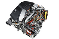 コモンレール式直噴ディーゼルユニットは、224psと190psの2種類。100km走行で9.4リッターしか燃料を燃やさないと、高い環境性能がアピールされる。