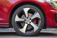 標準のタイヤサイズは225/45R17。写真の試乗車にはオプションの225/40R18サイズが装着されている(銘柄はブリヂストン・ポテンザS001)。