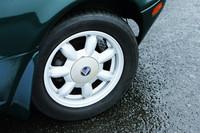 「ユーノス」のエンブレムが懐かしいホイールは当時の純正品。タイヤサイズは185/60R14で、テスト車は「ブリヂストン・プレイズPZ-1」を装着していた。