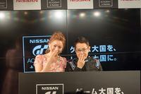 夫婦で「カトちゃんペ」を決める加藤綾菜さんと加藤茶さん。