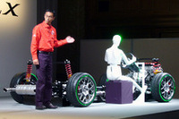 発表会場の壇上にはストリップモデルが置かれ、機能実験部の布野洋氏が新技術の解説を行った。