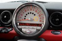 さらに大型化したセンターメーターとステアリングホイール(写真左側)との間、送風口の下にあるのがエンジンスターターボタン。丸型のキーを差し込んでから、脇の小さなボタンを押す。