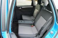 後席中央のシートバック裏には、脱着式トラベルアシスタントが標準装備。スライド機能付きセンターアームレスト、収納ボックス、カップホルダーが備わる。写真をクリックすると、5人乗り時のシートスライド&リクライニングが見られます。