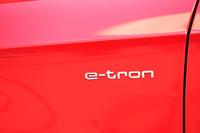 フロントのフェンダーパネルを飾る「e-tron」のロゴ。