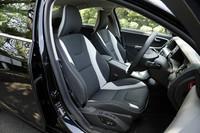 「S60」「V60」のスポーツシートは、レザーとファブリックの組み合わせ。写真は、オフブラックレザーとセラミックライトのコンビネーション。オフブラックシートも選べる。