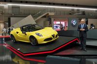 「アルファ・ロメオ4Cスパイダー」と、車両の概要を説明するポンタス・ヘグストロムFCAジャパン社長。