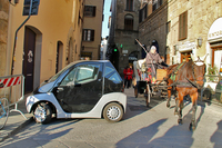 EVのある風景その1。フィレンツェは充電ポールを旧市街に多数設置したことにより、今やイタリア屈指のEV普及都市となっている。