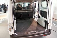 カーゴスペースの様子(写真は後席を折り畳んだ状態)。リチウムイオンバッテリーを床下に配置するなど、レイアウトの工夫により、ガソリン車と同等の積載能力を実現したという。