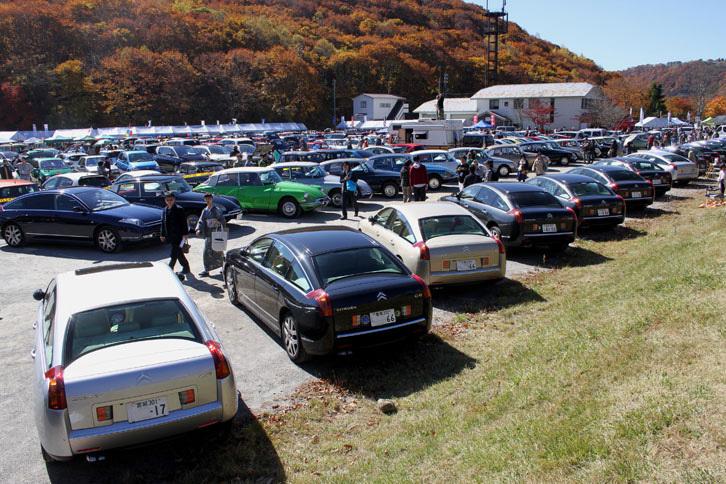 メイン会場の様子。このほか大小10カ所以上の駐車場が用意され、ほとんどがフランス車で埋め尽くされた。