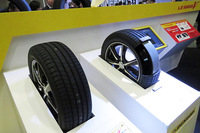「ル・マンV」に投入された技術の解説コーナー。ブースでは、スポーツタイヤ「DIREZZA」シリーズの技術についても展示されていた。