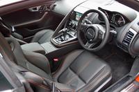 「Fタイプ R AWD クーペ」のインテリア。シートのほかに、ダッシュボードや天井も本革張りとなっている。