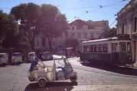 リスボンのカテドラル(大聖堂)前にて。観光用の三輪タクシー「アペ・カレッシーノ」がお客を待つ。