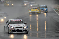 激しいバトルで知られるWTCC。14周のスプリントレース×2戦で争われる日本ラウンドは、水しぶきのあがる雨のなか行われた。