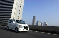 レインボーブリッヂを行くパールホワイトのシボレーMW。2001年1月15日の発表時には、「アジア太平洋地域におけるシボレーブランドの認知度アップ」という目標が掲げられたが、当面、輸出はされない。日本市場でのボトムレンジモデル。