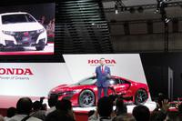 新型「ホンダNSX」と本田技研工業の八郷隆弘代表取締役社長。