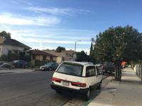 住宅街にたたずむ「トヨタ・プレヴィア」(日本名「エスティマ」)。カリフォルニアにあるトヨタのデザイン拠点・キャルティによる作品なだけに、アメリカの風景のほうがしっくりなじむ。