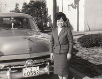 わが家のアルバムから。筆者の亡母と1954年フォード。フォードは戦後日本でポピュラーな輸入車ブランドだった。