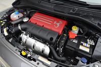 シリーズ各モデルは、チューニング別にアウトプットが異なるものの、エンジンルームの眺めは変わらない。写真は「595コンペティツィオーネ」のもの。