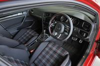 3本スポークのステアリングは「GTI」の専用品。アルミ調ペダルや専用チェックのシート生地などがGTIの伝統を主張している。