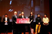 グランプリを獲得した藤澤浩和監督には、FCAジャパンのポンタス・ヘグストロム氏と、女優の長澤まさみから、盾と賞金50万円が贈られた。