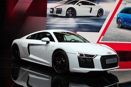 フランクフルトモーターショーのアウディブースより、後輪駆動のスペシャルモデル「R8 V10 RWS」や新型の「...