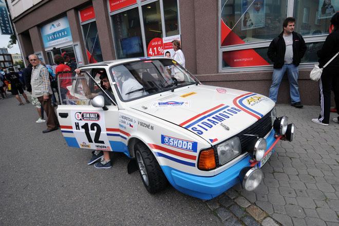 """世界ラリー選手権(WRC)の「ラリー・ドイチェランド」に合わせて、往年のラリーカーが出走する""""ヒストリックカーラリー""""が開催されるのは、2011年8月にリポートをしたとおり。一方、インターコンチネンタル・ラリー・チャレンジ(IRC)の「バルムラリー」(チェコ)と同時に開催されるヒストリックカーラリーも人気が高い。写真のマシンは「シュコダ130LR」。"""