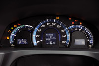 メーターは、中央に速度計、左にハイブリッドシステムインジケーター、右に燃費計が配される。いずれもアナログ調である。