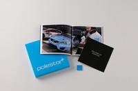 パッケージに付属する、「POLESTAR」のリアエンブレムと英語版オーナーズブック、ポールスター・パフォーマンス認定証。