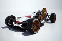 見た目は四輪車ながら、二輪車のようなフレーム構造をとるという。