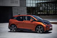 BMW i3 レンジ・エクステンダー装備車     ボディーサイズ:全長×全幅×全高=4010×1775×1550mm/ホイールベース:2570mm/車重:1390kg/駆動方式:RR/モーター:交流同期モーター/エンジン:0.65リッター直2 DOHC 8バルブ(発電用)/モーター最高出力:170ps(125kW)/モーター最大トルク:25.5kgm(250Nm)/エンジン最高出力:38ps(28kW)/5000rpm/エンジン最大トルク:5.7kgm(56Nm)/4500rpm/タイヤ:(前)155/70R19 84Q (後)175/60R19 86Q/価格:546万円(消費税8%込み)※写真は試乗車ではありません。