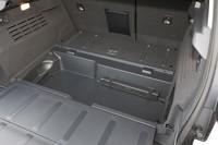 トランクルームの容量はモーターやバッテリーなどの設置(写真奥、「HY」エンブレムの下)により、ノーマルモデルより小さい420リッター(VDA法)となる。ラゲッジルーム下にも66リッターの収納スペースが備わる。