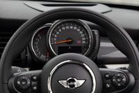 ステアリングコラム上に設置された速度計とエンジン回転計。チルト機構でステアリングホイールの角度を調整すると、メーターもそれに合わせて上下に動く。