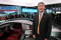 福尾幸一常務執行役員と「アキュラNSXコンセプト」。