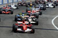 ポールシッターのシューマッハー(手前)は好スタート。ルーベンス・バリケロのホンダを間に挟み、アロンソの青いルノーが5番グリッドからスタートしたが、狭いコースに行き場がなく、オープニングラップは4位どまり。レース序盤、このままシューマッハーが独走するかに思えたが……。(写真=Ferrari)