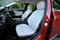 「レザーエクスクルーシブパッケージ」が選択されたテスト車には本革シート(色はクリスタルグレー)が装着されていた。標準のシートはレザーツイン(座面と背もたれの中央部がファブリック、その他が人工皮革)となる。