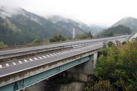 遍路中もっとも標高の高い雲辺寺への山道から眺める徳島自動車道。去年も今年も、朝の通行量はとても少なかった。
