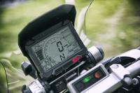 メーターパネルは液晶タイプ。ライディングに必要な情報が集約されている。燃費データも表示可能。