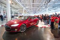 工場の従業員に見守られ、ラインオフする「モデルS」。この工場は元NUMMI(GMとトヨタの合弁工場)で、その時代からの従業員が引き続き多数採用されているという。