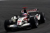 ホンダ移籍後の最高位、5位でフィニッシュしたルーベンス・バリケロ(写真)。ポイント獲得はうれしい結果だが、もっと上位が望まれていたことはいうまでもない。「今日は速さが足りなかった。マシンのバランスが良くなくて、とにかく最後まで走り切り、ベストを尽くすしかなかったんだ」とはバリケロの弁。とはいえ、エンジンブローでリタイアしたチームメイト、ジェンソン・バトンよりはラッキーだった。(写真=Honda)