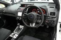 各所にカーボン調の加飾パネルを用いた「WRX S4」のインテリア。ステアリングホイールは、小径のDシェイプタイプとなる。