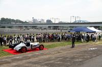関係者が集まった除幕式風景。奥に見える高架は東急東横線で、多摩川スピードウエイの建設および運営も東急電鉄が行ったという。