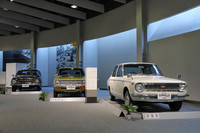 実車展示の一部。1966年に登場した初代から3代目までの「トヨタ・カローラ」。ちなみに75年の歴史を締めくくる実車展示は「レクサスLFA」だった。