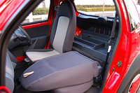 ガソリンBのインテリア。シートは、例えば後ろから衝突された際などに、荷物が前へ飛んでくるのを防ぐ役目も果たす。助手席シートバックは前倒し可能。荷室フロアはモノ入れのフタを兼ねており、なかに小物を収納できる