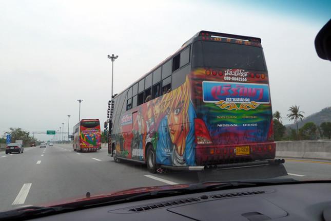 タイ名物「痛バス」。タイのバスのほとんどは、原色使いのこういった派手なペイントが施されています。これに見慣れると、普通のバスが地味に見えて……(笑)。