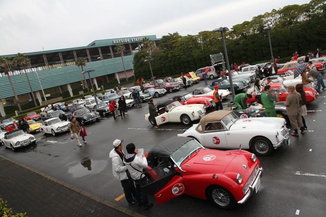 小雨にぬれた東京ベイNKホールの駐車場に集まった参加車両。
