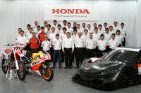 本田技研工業の伊東孝紳代表取締役社長と、2014年シーズンに挑むレーシングドライバーやチーム監督ら。