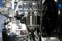 「スカイアクティブG」では、高圧縮エンジンの課題であるノッキングの発生を抑えるため、ピストンの形状を変更するなどの工夫が凝らされている。